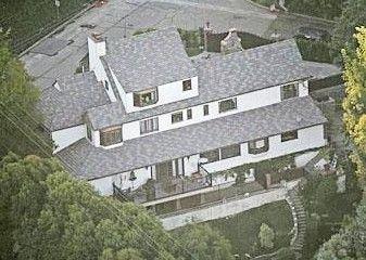 Transformers'ın yıldızı Megan Fox ayrıldığı sevgilisiyle birlikte bu evde yaşıyordu. Evin kimde kalacağı şimdilik belli değil.